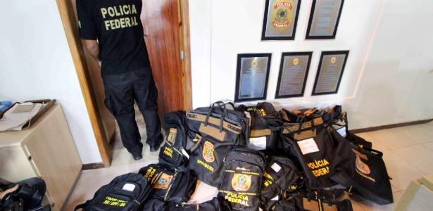 Malotes com documentos e computadores apreendidos durante a operação Granfaloon, da Polícia Federal, na Bahia. Políticos e empresários são suspeitos de envolvimento em esquema de fraude