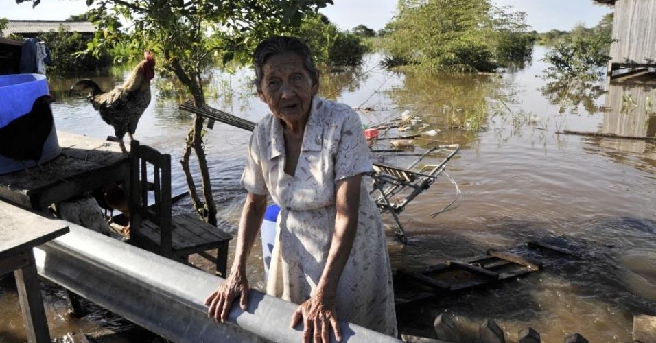 17.fev.2014 - Mulher permanece em sua casa alagada em área próxima ao rio Mamoré, no subúrbio de Trinidad, na Bolívia. O governo boliviano declarou estado de emergência devido às chuvas no país, que já causaram a morte de 56 pessoas e afetaram mais de 58 mil casas
