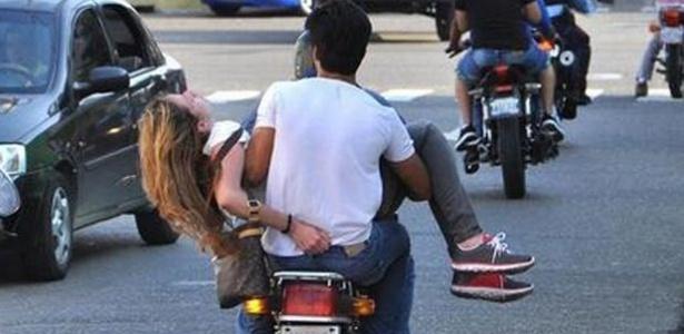 Génesis Carmona é levada de moto a um hospital após ter sido baleada na cabeça