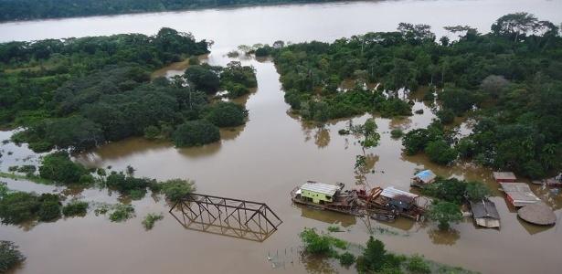 O nível do rio Araras, que desemboca no rio Madeira, transbordou e cobriu uma ponte em Rondônia