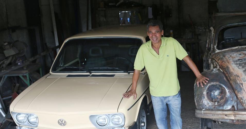 19.fev.2014 - O serralheiro Itamar Santos, 54, que teve o carro, um Fusca 1975, incendiado durante uma manifestação em janeiro ganhou na última terça-feira (18) uma Brasília amarela fabricada em 1980. O veículo foi doado por um empresário de Curitiba