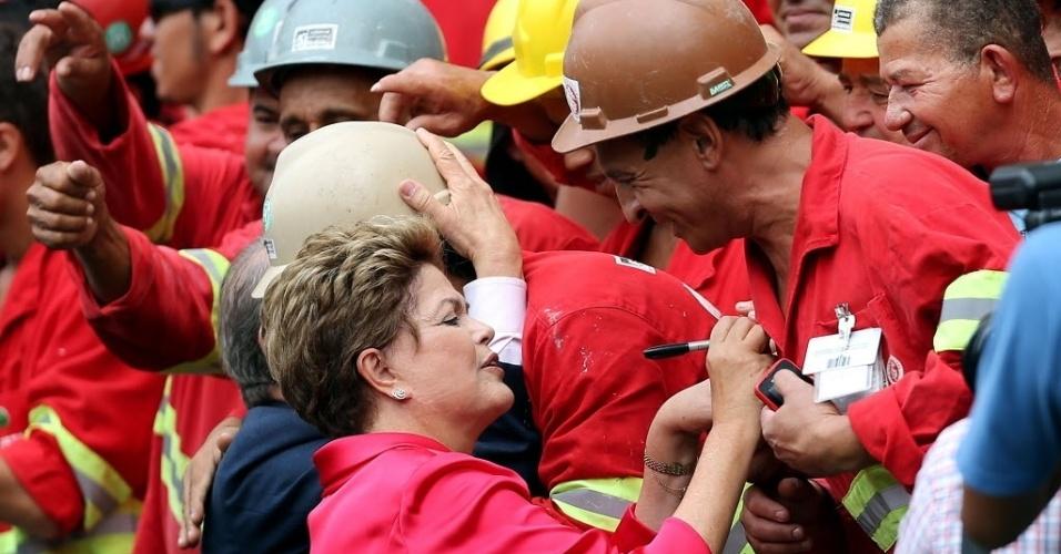 20.fev.2014 - A presidente Dilma Rousseff cumprimenta trabalhadores durante a abertura do novo estádio Beira Rio, em Porto Alegre