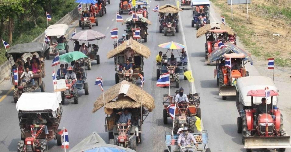20.fev.2014 - Agricultores dirigem tratores em manifestação em Bancoc. Mais de 2.000 agricultores participaram do protesto, exigindo que o governo tailandês pague subsídios às produções de arroz