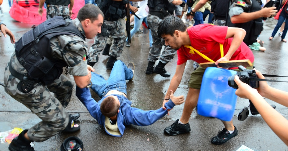20.fev.2014 - Ao menos três manifestantes foram detidos durante protestos em Santa Maria, região central do Rio Grande do Sul, nesta quinta-feira (20)