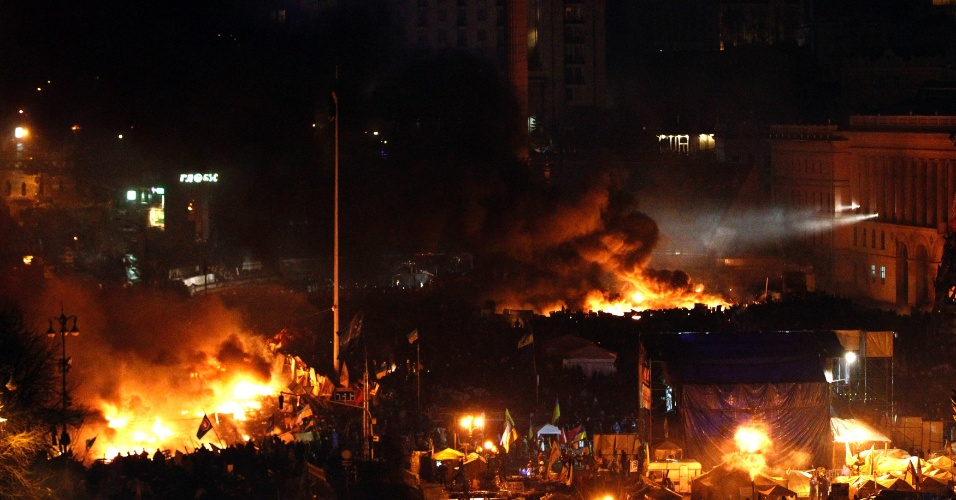 20.fev.2014 - Barricadas queimam na praça da Independência, no centro de Kiev, em mais um dia de protestos, nesta quinta-feira (20). O presidente ucraniano, Viktor Yanukovich, disse que chegou a um acordo com os líderes da oposição para uma trégua entre manifestantes e autoridades, depois de 26 mortos nos conflitos dos últimos dias