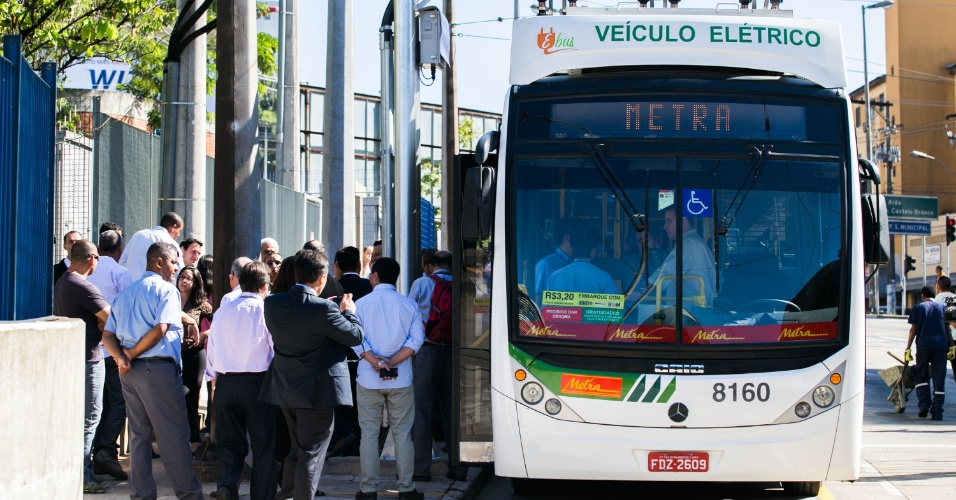 """20.fev.2014 - Começou nesta quinta-feira (20), em Diadema, São Paulo, a fase de testes com passageiros do EBus, o primeiro ônibus articulado do mundo movido a baterias. """"Diadema está dando exemplo de inovação para o Brasil com o ônibus biarticulado com bateria, emissão [de poluentes] zero e silêncio absoluto"""", afirmou o governador Geraldo Alckmin"""