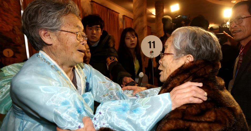 20.fev.2014 - Irmãs separadas há décadas pela fronteira entre a Coreia do Sul e da Coreia do Norte se reencontram em evento de reunião para famílias divididas pelos dois países, no resort norte-coreano de Monte Kumgang, nesta quinta-feira (20). O evento foi o resultado de tortuosas negociações de alto nível entre Pyongyang e Seul. Coreia do Sul e Coreia do Norte estão tecnicamente em guerra desde 1953, quando foi assinado o cessar-fogo da Guerra da Coreia
