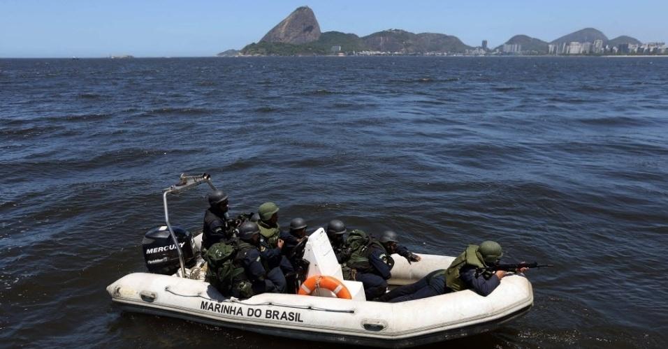 20.fev.2014 - Membros da Marinha do Brasil participam de uma simulação de embarque em um navio nesta quinta-feira (20), na Baía de Guanabara, em frente à cidade do Rio de Janeiro