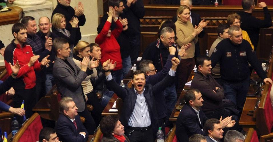 20.fev.2014 - Membros da oposição ucraniana celebram durante a votação no parlamento em Kiev, nesta quinta-feira (20). Em sinal de que o presidente ucraniano Viktor Yanukovich está perdendo apoio no parlamento, a assembleia aprovou uma resolução para que as autoridades retirarem as forças policiais do centro de Kiev e acabe com a ação contra os manifestantes