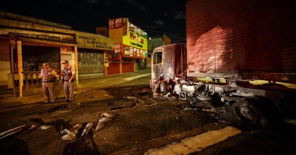 20.fev.2014 - Protesto deixa ao menos oito veículos incendiados na madrugada de quinta-feira (20) em Suzano (Grande São Paulo). De acordo com a polícia, a manifestação começou no início da noite de quarta-feira e teria sido motivada pelo assassinato a tiros de um homem na região. Durante o ato, grupos colocaram fogo em dois carros, dois caminhões, um ônibus e duas carretas. Outro ônibus ainda foi depredado. Ao menos 20 pessoas foram detidas pela PM; não houve feridos