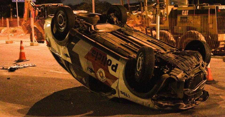 20.fev.2014 - Uma viatura da PM (Polícia Militar) se envolveu em um acidente de trânsito durante o acompanhamento a um veículo com queixa de roubo, na avenida Antônio de Souza, em Guarulhos, nesta quinta-feira (20)
