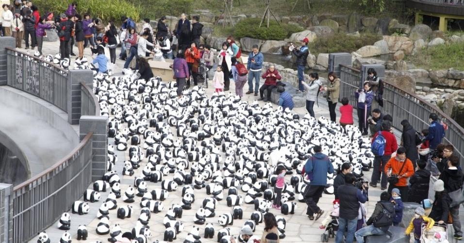20.fev.2014 - Várias pessoas observaram os pandas de papel machê do artista Paulo Grangeon, em Taipei, em Taiwan, nesta quinta-feira (20)
