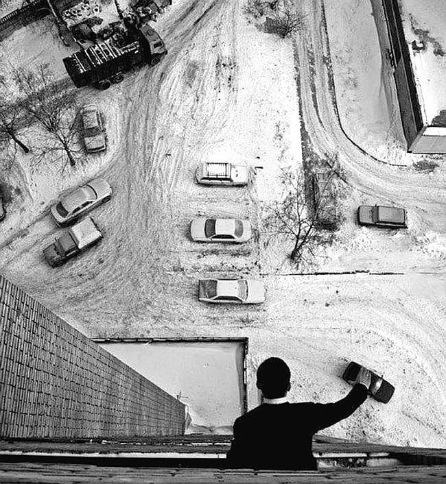 Brincando de carrinho do alto do terraço