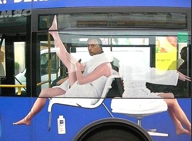 Homem exibe belo par de pernas enquanto anda de ônibus