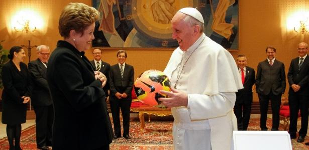 O papa Francisco foi presenteado pela presidente Dilma Rousseff com camisa da seleção brasileira e uma bola autografada