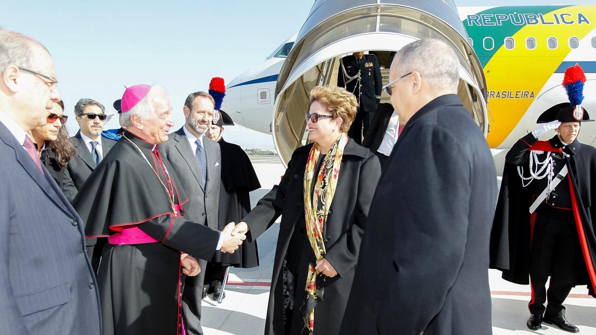 21.fev.2014 - Presidente Dilma Rousseff recebe cumprimentos durante chegada a Roma