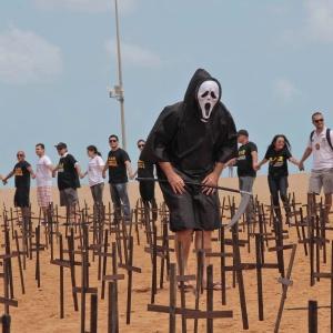 Policiais do Ceará realizam ato contra a violência em praia de Fortaleza, a líder em mortes violentas no Brasil