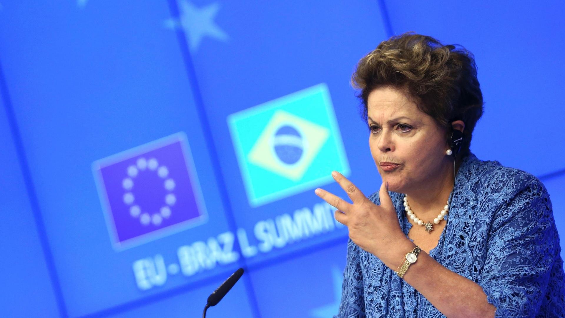 24.fev.2014 - A presidente Dilma Rousseff faz discurso durante encontro entre representantes de Brasil e União Europeia em Bruxelas, na Bélgica