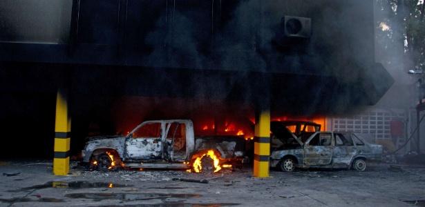 Carros pegam fogo no Cotattur, órgão de turismo de Tachira, durante protesto contra o governo de Nicolás Maduro, em San Cristobal, capital do Estado de Tachira, na Venezuela