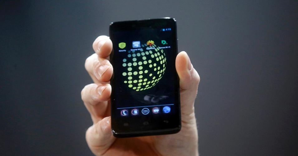 24.fev.2014 - O Blackphone é um smartphone que promete dar mais privacidade ao usuário. Segundo o fabricante Silent Circle, o gadget funciona com sistema operacional Android profundamente modificado para aumentar a segurança. Ele vem acompanhado de uma série de aplicativos que permitem a troca de mensagens e outros conteúdos de maneira criptografada. O hardware é composto por uma tela de 4,7 polegadas, um processador quad-core, 2 GB de memória RAM e 16GB de armazenamento interno. Com previsão de lançamento para junho, o preço sugerido é US$ 629 (cerca de R$ 1.470)