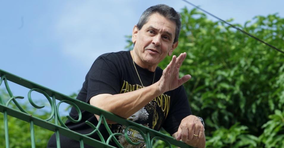 24.fev.2014 - O ex-deputado federal Roberto Jefferson (PTB-RJ), delator do mensalão, aparece na sacada de sua residência, em Comendador Levy Gasparian, no interior do Rio de Janeiro, onde aguarda a chegada do mandado de prisão, na manhã desta segunda-feira (24)