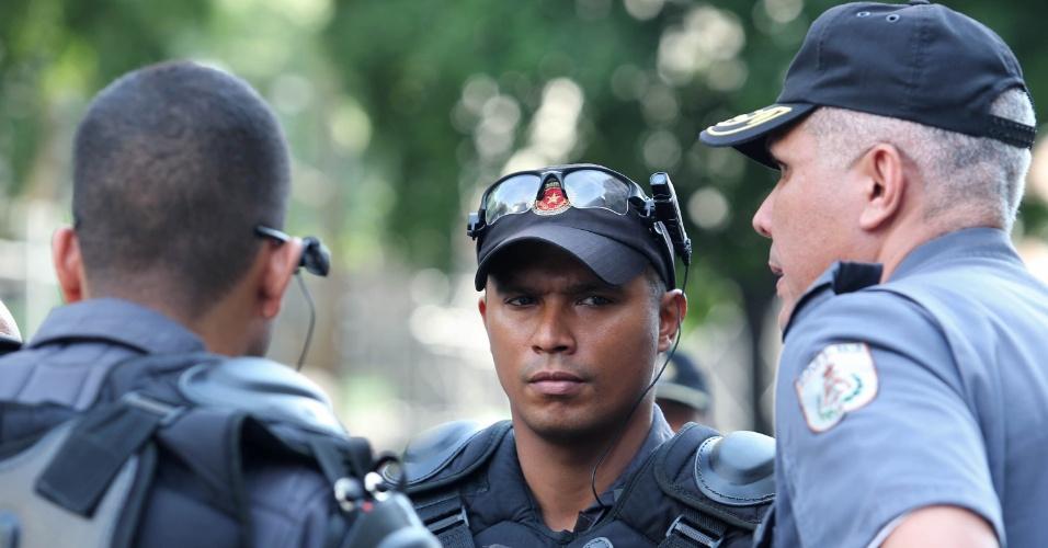 24.fev.2014 - Policiais usaram óculos com câmeras acopladas durante a manifestação de professores das redes municipal e estadual do Rio de Janeiro no centro da cidade. Os docentes fizeram uma passeata de 24 horas nesta segunda-feira