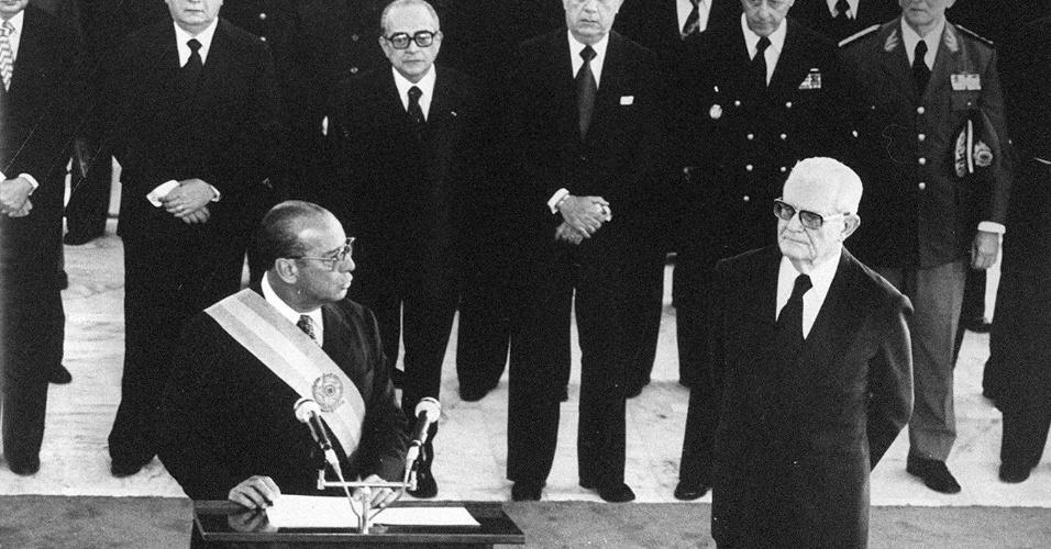 João Baptista de Oliveira Figueiredo, o último presidente do regime militar, discursa durante sua posse, em 1979, logo após receber a faixa de Ernesto Geisel (à direita)