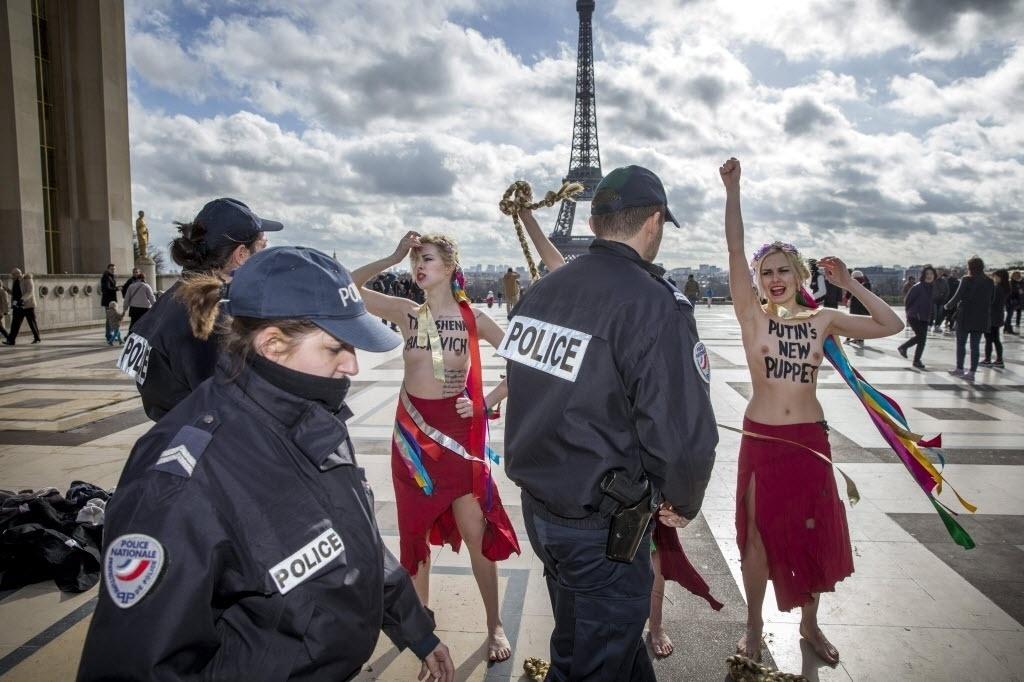25.fev.2014 - Policiais detêm ativistas do grupo Femen que protestavam contra a situação política da Ucrânia, em Paris, França. As mulheres  são contra a libertação de Yulia Timoshenko, a quem classificam como