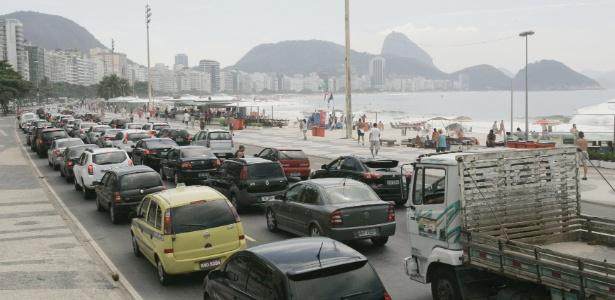 Cartão-postal do Rio, a avenida Atlântica é via de trânsito intenso