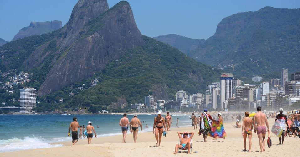 26.fev.2014 - Banhistas aproveitam dia de sol e calor na praia de Ipanema, na zona sul do Rio de Janeiro, nesta quarta-feira (26)