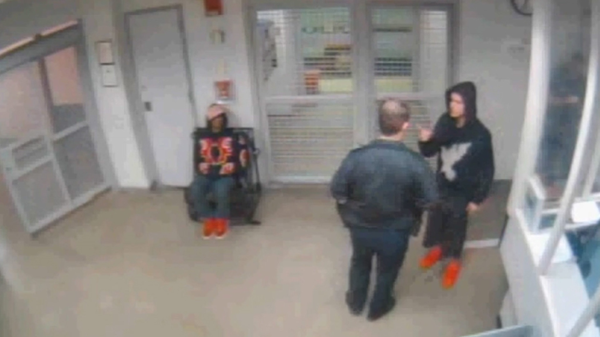26.fev.2014 - Imagem cedida pelo Departamento de Polícia de Miami mostra o cantor canadense Justin Biber (à dir.) durante teste para determinar embriaguez, depois de sua prisão em Miami Beach, na Flórida