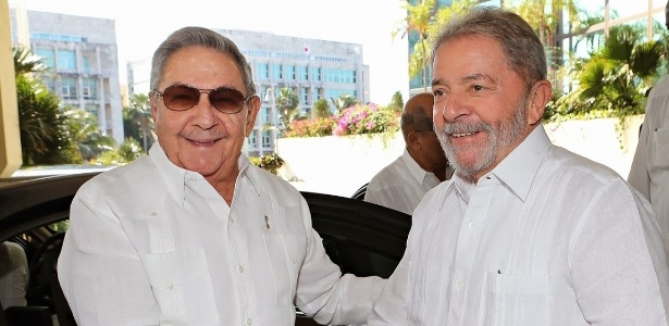 Raúl Castro (à esq.) se encontrou na terça-feira (25) com o ex-presidente Lula em Cuba