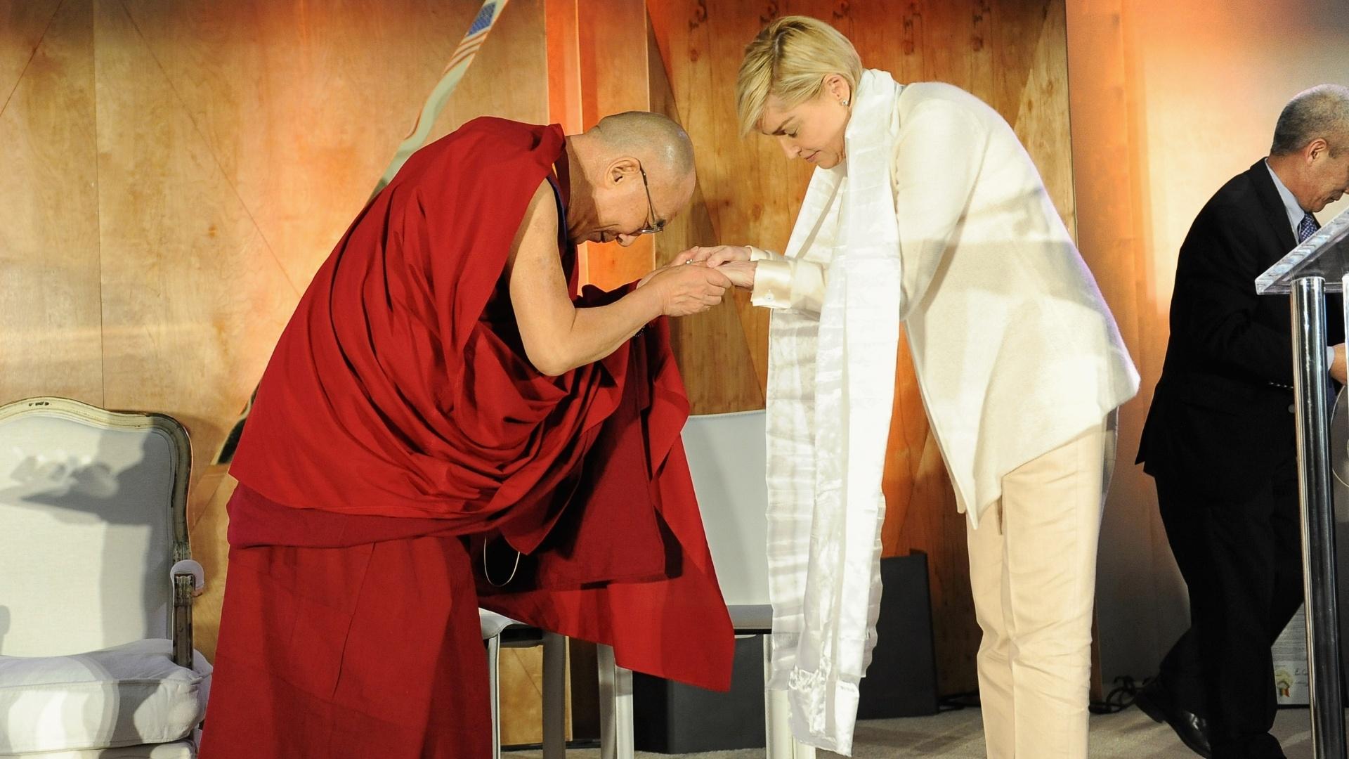 26.fev.2014 - Dalai Lama e a atriz Sharon Stone participam de evento da fundação Lourdes intitulado