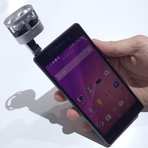 27.fev.2014 - Além de gravar imagens em 4k (ultradefinição), o smartphone Xperia Z2 poderá captar áudio estéreo com o uso combinado com os microfones Sony STM10 - ele se conecta ao celular pela entrada do fone de ouvido. Com os dois recursos, o smartphone fica mais próximo da gravação obtida com uma câmera de vídeo profissional, embora ainda não a substitua. Os microfones em 120 graus vêm com uma espuma para redução de barulho causado por vento. A Sony ainda não anunciou o preço do acessório compatível com seu novo celular
