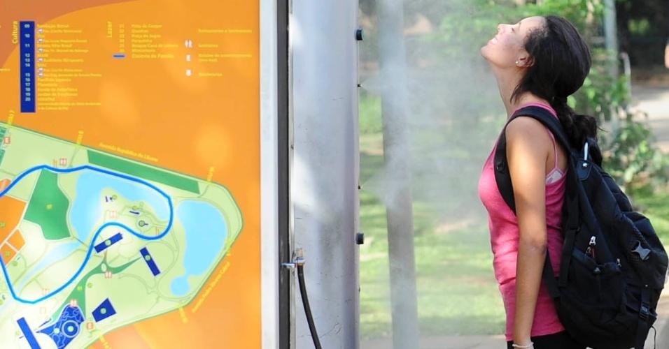 27.fev.2014 - Garota se refresca em tarde de sol e calor no parque Ibirapuera, na zona sul da capital paulista, nesta quinta-feira (27)