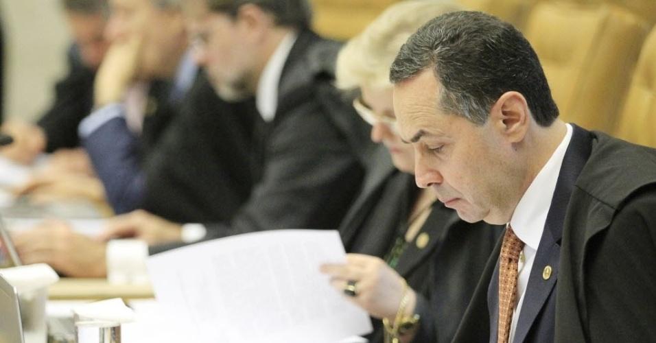 27.fev.2014 - O ministro do STF (Supremo Tribunal Federal) Luiz Roberto Barroso observa documento durante sessão de julgamento dos recursos de oito réus do mensalão pelo crime de formação de quadrilha. Por 6 votos a 5, o STF (Supremo Tribunal Federal) os absolveu, em sessão nesta quinta-feira (27). Com isso, as penas do ex-ministro José Dirceu e do ex-tesoureiro do PT Delúbio Soares serão diminuídas e ambos se livram de cumprir suas penas em regime fechado