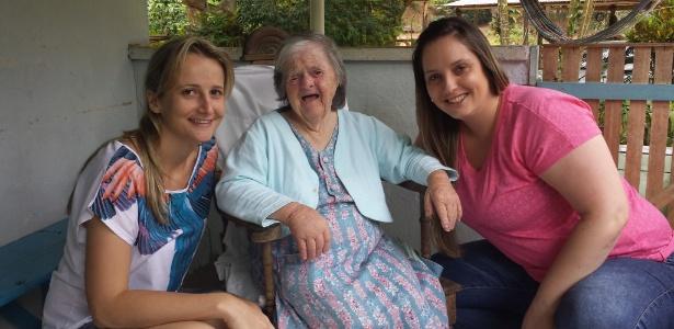 Na foto, Dona Olga Gums posa ao lado das sobrinhas-netas Pollyana Hoffmamm Gums (de rosa) e Ana Paula Hoffmamm