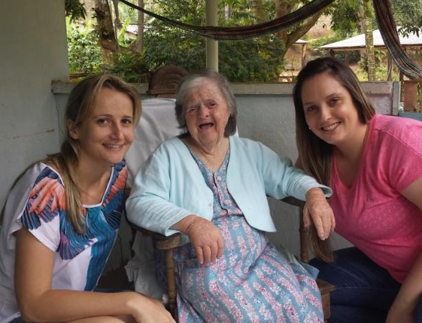 Na foto, Dona Olga Gums, a pessoa mais idosa com síndrome de Down do país, ao lado das sobrinhas-netas Pollyana Hoffmamm Gums (de rosa) e Ana Paula Hoffmamm