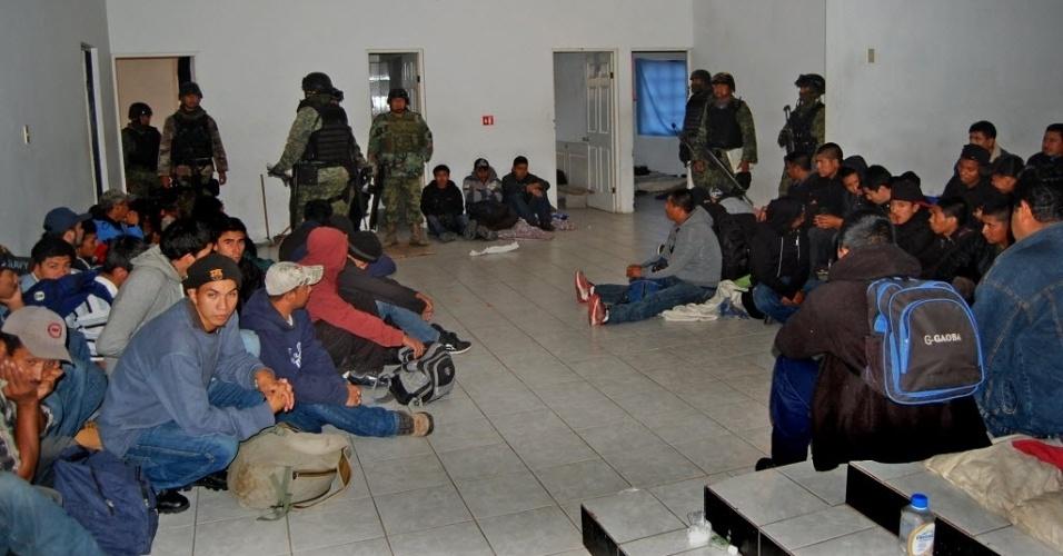 27.fev.2014 - Fotografia cedida pelo Departamento de Defesa Nacional mostra 61 pessoas, a maioria delas centro-americanas, que haviam sido sequestradas e estavam em uma casa de Reynosa, no estado de Tamaulipas, fronteiriço com os Estados Unidos