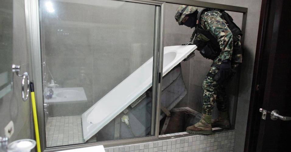 """27.fev.2014 - Fuzileiro naval mexicano levanta banheira que leva a túnel no sistema de drenagem da cidade de Culiacan, no México, na quinta-feira (27). Foi assim que Joaquin """"Chapo"""" Guzman, o traficante mais procurado pelos Estados Unidos, escapou das tropas mexicanas poucos dias antes de ser preso. Considerado o criminoso mais poderoso do mundo pela revista """"Forbes"""", ele foi capturado em um resort a 125 quilôm"""