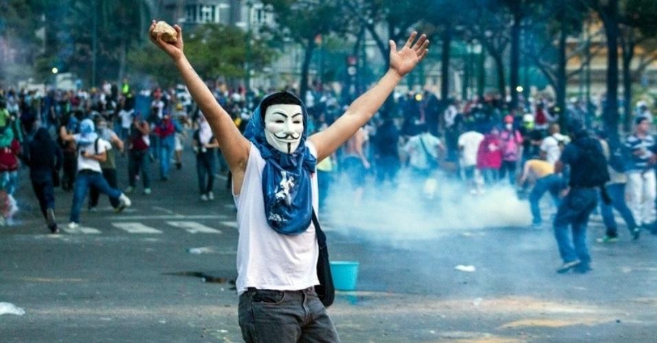 27.fev.2014 - Homem usa máscara do filme V de Vingança durante protesto nas ruas de Caracas, na Venezuela, na quinta-feira (27). Ao menos 200 manifestantes bloquearam as ruas da região de Las Mercedes e atiraram pedras contra a polícia de choque, que reagiu com bombas de gás lacrimogêneo. As manifestações contra a insegurança e outros problemas do país começaram há três semanas e já deixaram 14 mortos, 140 feridos e 600 detidos