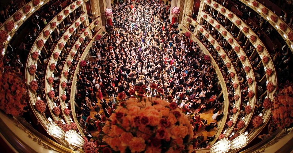 27.fev.2014 - Mais de 100 debutantes lotam a pista de dança do tradicional Baile da Ópera, em Viena, na quinta-feira (27). O evento, cujos ingressos podem custar até 18.500 euros, foi aberto pelo presidente da Áustria