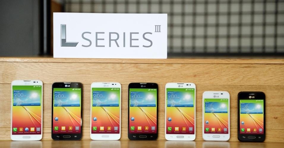 27.fev.2014 ? A LG anunciou no evento os smartphones da linha L Series III ? trata-se da terceira geração da linha L Series, com smartphones considerados populares. Todos oferecem conexão 3G e rodam a versão mais recente do Android, a Kit Kat. Apesar do apelo do preço, os valores e data de lançamento não foram anunciados. O L90 (esq.) tem tela de 4,7 polegadas, processador quad-core de 1,2 GHz, memória RAM de 1 GB, 8 GB para armazenamento, câmeras de 1,3 e 8 megapixels. O L70 (centro) tem tela de 4,5 polegadas, processador dual-core de 1,2 GHz, memória RAM de 1 GB, 4 GB para armazenamento, câmeras traseiras de 5 ou 8 megapixels e frontal VGA. O L40 (dir) tem tela de 3,5 polegadas, processador dual-core de 1,2 GHz, memória RAM de 512 MB, 4 GB para armazenamento, câmera traseira de 3 megapixels