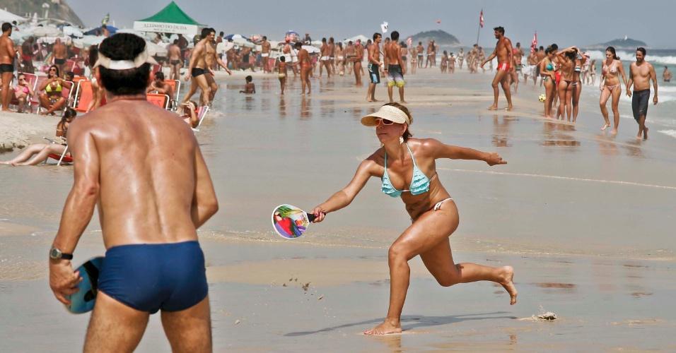28.fev.2014 - Banhistas se divertem na praia do Pepe, na Barra da Tijuca, zona sul do Rio de Janeiro, nesta sexta-feira (28), véspera do feriado de Carnaval