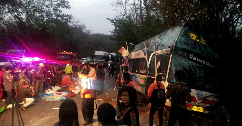 28.fev.2014 - Equipes de resgate tailandesas removem corpos de vítimas de acidente em estrada da província de Prachinburi, ao leste de Bancoc, nesta sexta-feira (28). Pelo menos 15 pessoas, incluindo 13 crianças, morreram quando um ônibus que transportava estudantes até o litoral colidiu com um caminhão