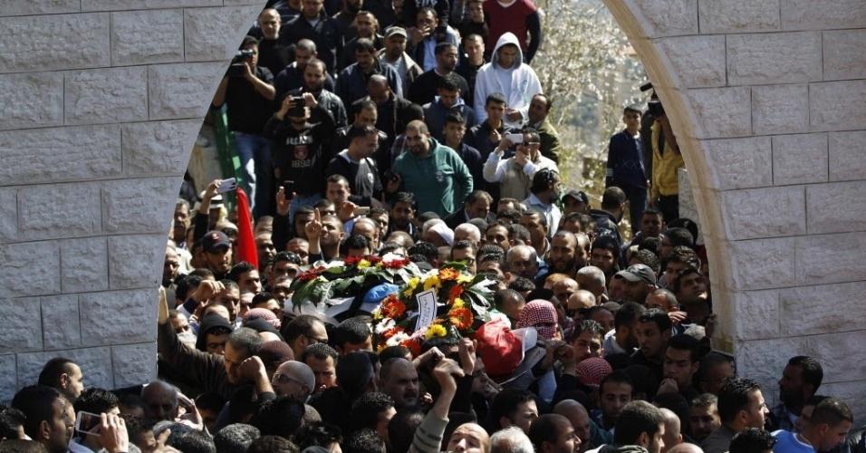 28.fev.2014 - Milhares de pessoas participaram nesta sexta-feira (28) em Bir Zeit, na Cisjordânia, do funeral de um militante palestino morto na quinta-feira durante uma operação do Exército israelense