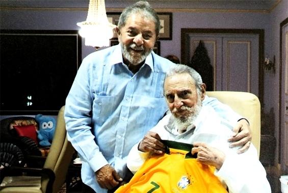 28.fev.2014 - O ex-presidente Luiz Inácio Lula da Silva se encontrou na última terça-feira (25) com Fidel Castro, em Cuba. Lula entregou uma camisa da seleção brasileira ao ex-presidente cubano