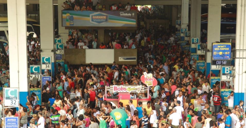 28.fev.2014 - O movimento de pessoas é intenso na rodoviária Novo Rio, no Rio de Janeiro na manhã desta sexta-feira (28)