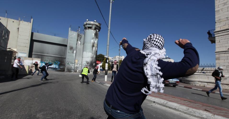 28.fev.2014 - Um palestino lança uma pedra contra uma torre militar israelense durante confrontos com soldados na cidade de Belém, na Cisjordânia, nesta sexta-feira (28)