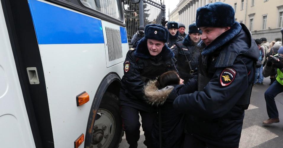 02.mar.2014 - Manifestantes são presos por policiais russos durante protesto em frente ao Ministério do Interior da Rússia, em Moscou. Os manifestantes protestam contra a indicação russa de um possível conflito armado com a Ucrânia